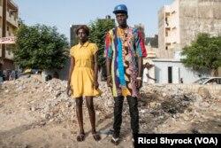 """Katy dan Fallou berpose di Niary Tally, Dakar, kawasan kelas buruh, lokasi penyelenggaraan Dakar Fashion Week menggelar peragaan busana """"Street Parade"""" tahun ini, 29 Juni 2017."""