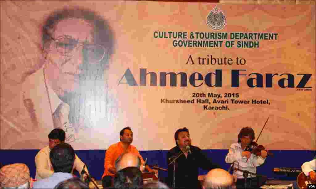 کراچی تقریب میں مختلف گلوکاروں نے احمد فراز کا کلام پیش کیا