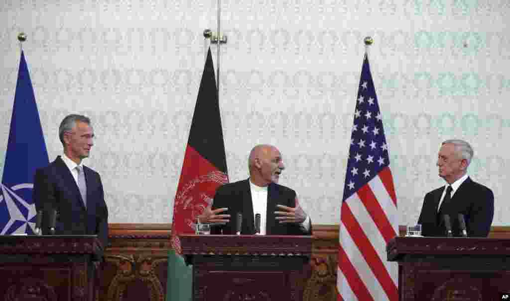 کنفرانس مشترک خبری اشرف غنی، رئیس جمهوری افغانستان با جیم متیس وزیر دفاع آمریکا و ینس استولتنبرگ دبیرکل ناتو در افغانستان