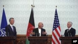 លោកប្រធានាធិបតីអាហ្វហ្គានីស្ថាន Ashraf Ghani (រូបកណ្តាល) ថ្លែងក្នុងសន្និសីទកាសែតមួយជាមួយនឹងលោករដ្ឋមន្ត្រីការពារជាតិអាមេរិក Jim Mattis (រូបស្តាំ) និងលោក Jens Stoltenberg អគ្គលេខាធិការរបស់អង្គការណាតូ នៅវិមានប្រធានាធិបតីនៅក្នុងក្រុងកាប៊ុល កាលពីថ្ងៃទី២៧ ខែកញ្ញា ឆ្នាំ២០១៧។