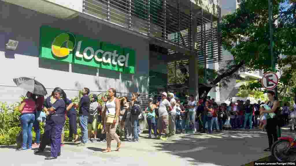 La grave escasez que atraviesa Venezuela se extiende a las medicinas por las que también deben hacer cola.