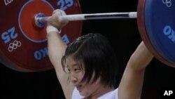 1일 여자 역도 69kg급에서 금메달을 목에 건 북한 림정심 선수.