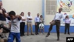Predsednik Obama igra fudbal sa lokalnom decom tokom današnje posete Rio De Žaneiru, Brazil 20. mart, 2011.