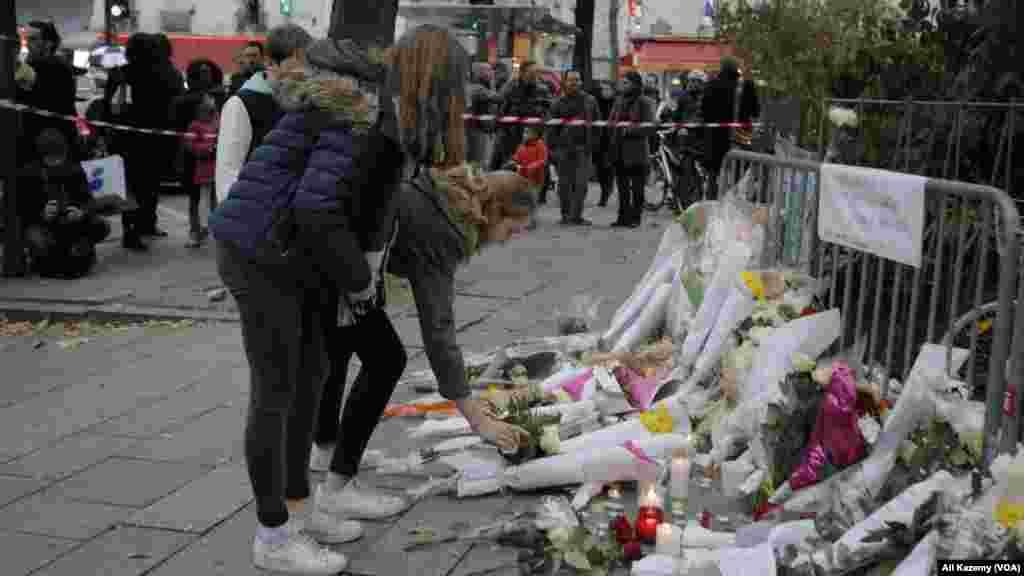محل وقوع حملات به صحنه یادبود قربانیان تبدیل شده و شهروندان پاریس به یاد آنان شمع می افروزند و گل می گذارند