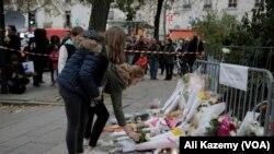 2015年11月14日在巴黎人们为恐怖袭击事件中120多名遇难者献花纪念。