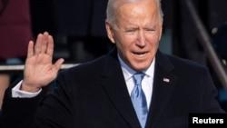 Tổng thống tân cử Joe Biden tuyên thệ nhậm chức Tổng thống thứ 46 của Mỹ tại Điện Capitol ở Washington, ngày 20/1/2021.