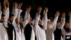 حافظ محمد سعید، نفر چهارم از سمت راست