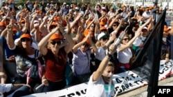 Nhân viên y tế hô khẩu hiệu trong một cuộc biểu tình bên ngoài quốc hội Hy Lạp tại Athens