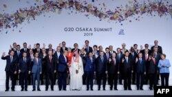 ប្រធានាធិបតី ត្រាំ និងរាជ្ជទាយាទអរ៉ាប៊ីសាអូឌីត Mohammed bin Salman ចាប់ដៃក្នុងពេលថតរូបរួមគ្នាក្នុងកិច្ចប្រជុំប្រទេស G20 នៅទីក្រុងអូសាកា ប្រទេសជប៉ុន កាលពីថ្ងៃទី២៨ មិថុនា ២០១៩។