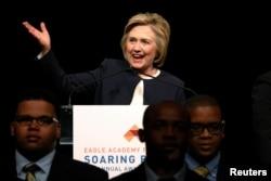 Ứng cử viên Đảng Dân chủ Hillary Clinton phát biểu trong một buổi vận động gây quỹ ở Thành phố New York, ngày 29 tháng 4, 2016.