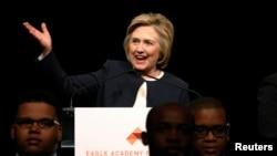지난달 29일 미국 뉴욕 시에서 열린 이글아카데미재단의 기금 마련 행사에서 민주당의 대선주자 힐러리 클린턴 경선 후보가 연설하고 있다. (자료사진)