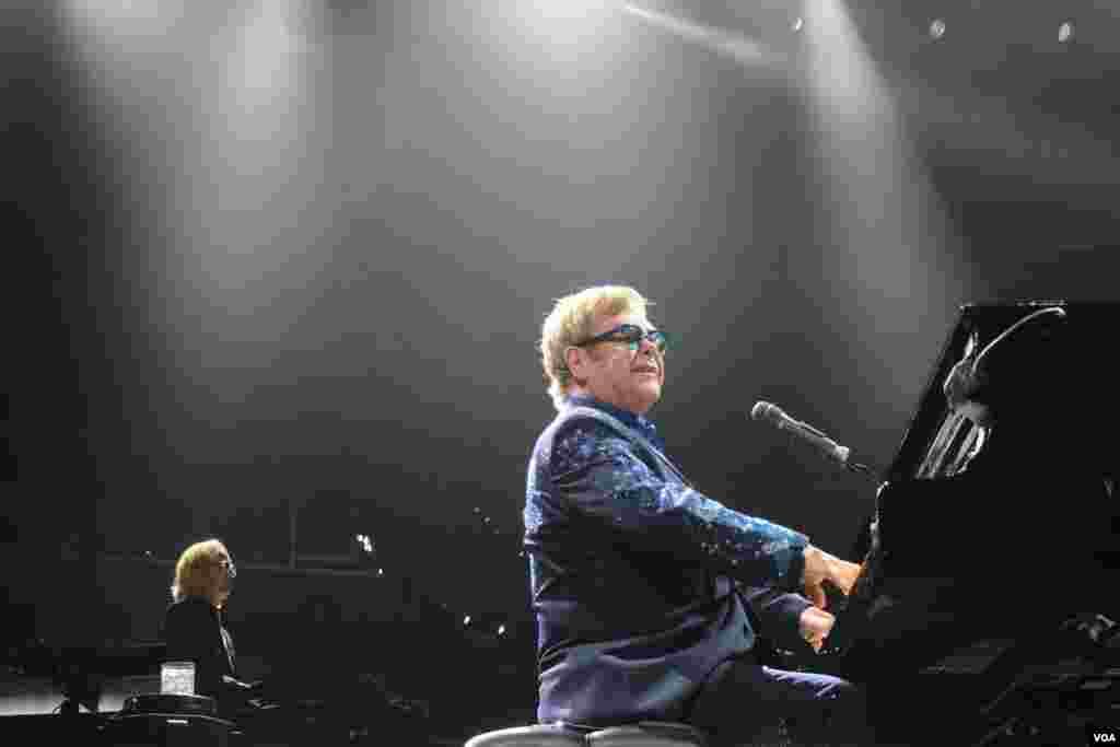 Los infaltables temas románticos no faltaron a lo largo de toda la velada con el toque característico del maestro Elton John.