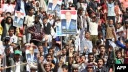 Gradjani na predizbornom skupu u Sani nose postere sa likom podpresdednika Abeda Raboa Mansura Hadija, 2. februar, 2012.