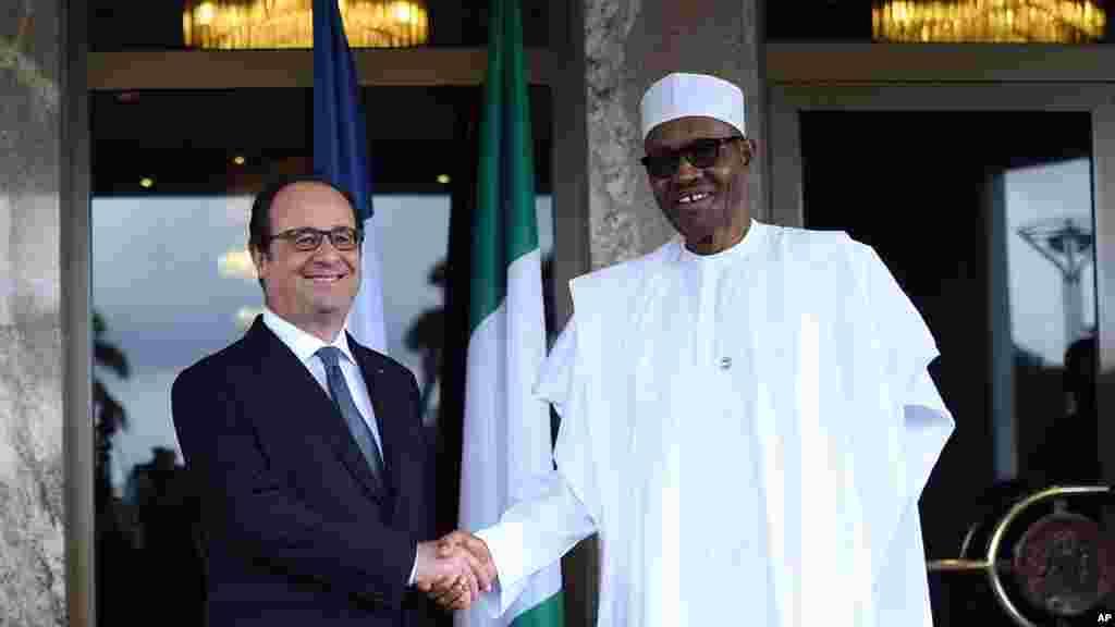 Le président français François Hollande, serre la main du président nigérian Muhammadu Buhari à Abuja, au Nigeria, le 14 mai 2016.