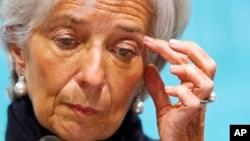 La directora del Fondo Mundial Internacional hace una pausa durante una conferencia de prensa sobre la economía de Estados Unidos.