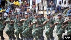 Basodana milulu ya kopesama mpete ya ba lieutenant na académie militaire ya Kananga, na Kasaï, 11 janvier 2013.