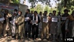 Warga Afghanistan di provinsi Nangarhar melakukan aksi unjuk rasa memrotes perlakukan polisi Iran terhadap warga Afghanistan.