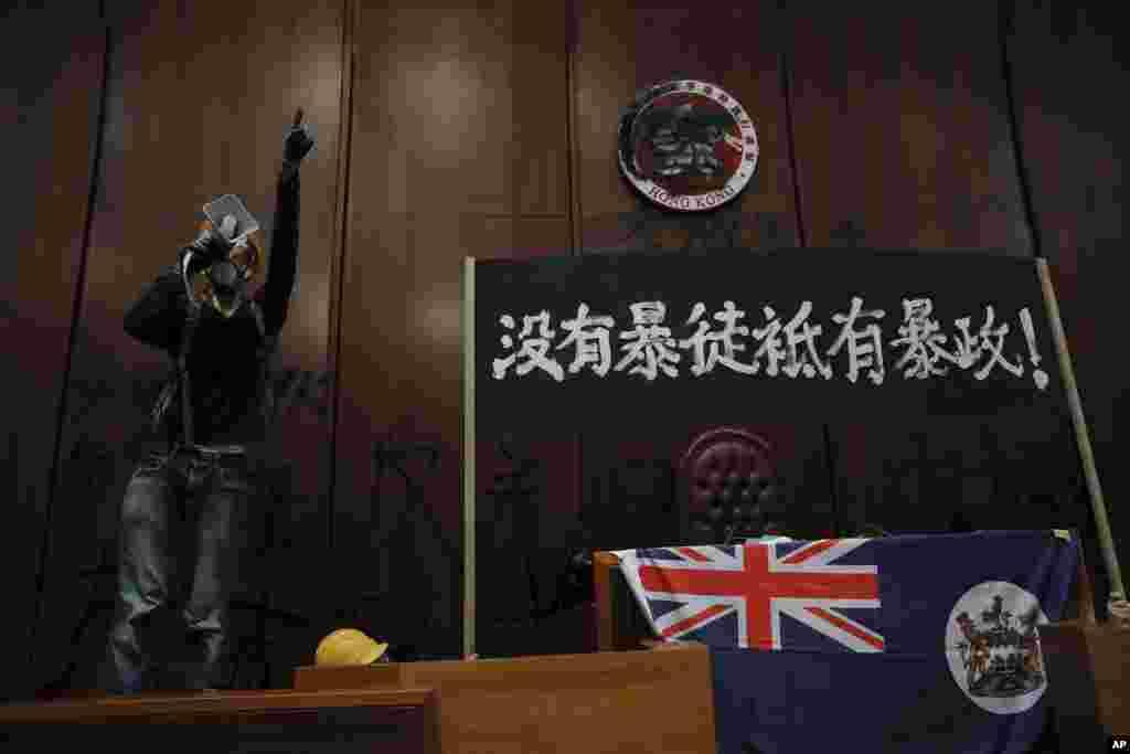 کارگران معترض هنگ کنگی روز دوشنبه چند ساعتی پارلمان این کشور را اشتغال کردند.در سالگرد واگذاری هنگکنگ از بریتانیا به چین، معترضان پرچم بریتانیا را در پارلمان آویزان کردند.