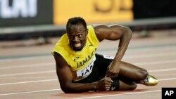 Le Jamaïcain Usain Bolt se blesse lors de la finale de relais 4x100m des Championnats du monde d'athlétisme à Londres, 12 août 2017.
