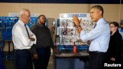 El presidente Barack Obama y Joe Biden visitaron un centro de preparación en mécanica y electrónica en un college en Oakdale, Pensilvania.