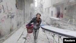 یک نوجوان سوری متعلقاتش را از منطقه مورد حمله خارج می کند. در دو روز گذشته حلب بعد از مدتها رنگ آرامش دیده است.