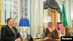 Госсекретарь США Майк Помпео и король Саудовской Аравии Салман ибн Абдул-Азиз Аль Сауд (архивное фото)