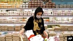 تہران کی سپر مارکیٹ میں ایک خاتون خریداری کر رہی ہیں۔ 25 ستمبر 2021