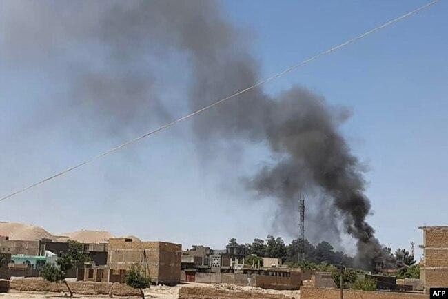 افغان صوبے بادغس کے صدر مقام قلعہ نو میں سیکیورٹی فورسز اور طالبان کے درمیان شدید لڑائی جا رہی ہے اور شہر سے دھوئیں کے بادل اٹھتے ہوئے نظر آ رہے ہیں۔ 7 جولائی 2021