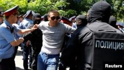 Полицейские задерживают участника демонстрации против правительства президента Нурсултана Назарбаева. Алматы. Казахстан. 21 мая 2016 г.