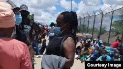 Abanye abantu abasemngceleni wakwele South Africa lele Zimbabwe. (Photo: International Cross Border Association)