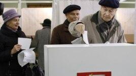 Litvanci glasaju na biračkom mestu u Viljnusu