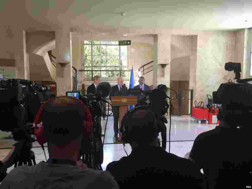 خبرنگاران در تلاش برای مخابره کنفرانس خبری استفان دی میستورا