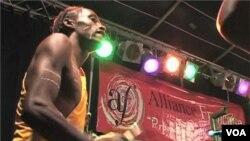 Bubnjari siromašne četvrti sviraju za različitu publiku