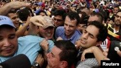 El líder opositor Henrique Capriles saluda a sus seguidores en Maracaibo.