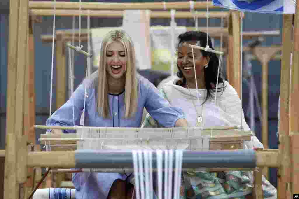 에티오피아아디스아바바의 직물과 전통공예 공장에서 도널드 트럼프 대통령의 딸인 이방카 트럼프 백악관 고문이 전통적인 베틀로 천을 짜고 있다.