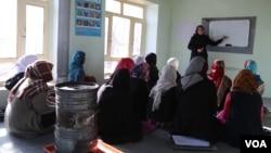 تصویری از زنان در یک صنف درسی در بامیان
