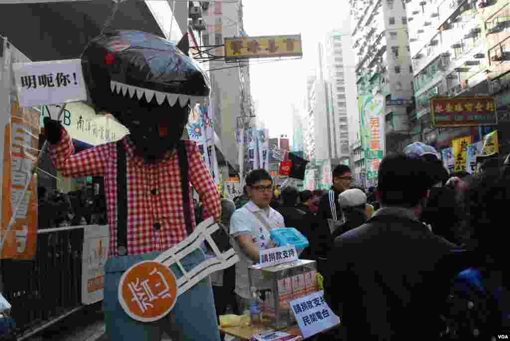 諷刺香港特首梁振英的「路福西」公仔成為主要的遊行道具
