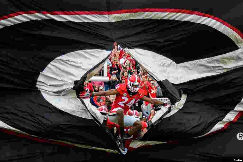 ក្រុម Georgia Bulldogs ដែលដឹកនាំដោយកីឡាករ Dominick Sanders (លេខ២៤) រត់ទៅទីលានប្រកួតមុនពេលចាប់ផ្តើមប្រកួតជាមួយនឹងក្រុម Kentucky Wildcats នៅស្តាត Sanford កាលពីថ្ងៃទី១៨ ខែវិច្ឆិកា ឆ្នាំ២០១៧ ក្នុងក្រុង Athens រដ្ឋ Georgia សហរដ្ឋអាមេរិក។
