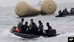 Pripadnici mornarice sJužne Koreje tragaju za putnicima u vodama u blizini ostrva Džindo