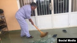 Ông Đỗ Tỵ, cha của nhà hoạt động Đỗ Thị Minh Hạnh, thu dọn cửa kiếng bị vỡ sau khi tư gia ở Di Linh, Lâm Đồng bị tấn công. Facebook Do Thi Minh Hanh