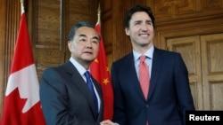 លោក Wang Yi រដ្ឋមន្ត្រីការបរទេសចិន(ឆ្វេង) និងលោក Justin Trudeau នាយករដ្ឋមន្ត្រីកាណាដា នៅឯការិយាល័យប្រជុំក្នុងក្រុងអូតាវ៉ា រដ្ឋ Ontario ប្រទេសកាណាដា កាលពីថ្ងៃទី១ ខែមិថុនា ឆ្នាំ២០១៦។
