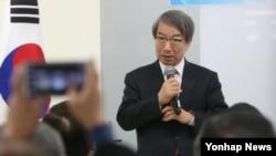 정운찬 전 한국 국무총리가 13일 한반도미래포럼 주최로 서울에서 열린 '한국 경제, 동반성장 그리고 통일'을 주제로 강연을 하고 있다.