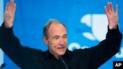 Tim Berners-Lee, considerado el padre de la WEB, se ha sumado al esfuerzo por abaratar el acceso a la red.