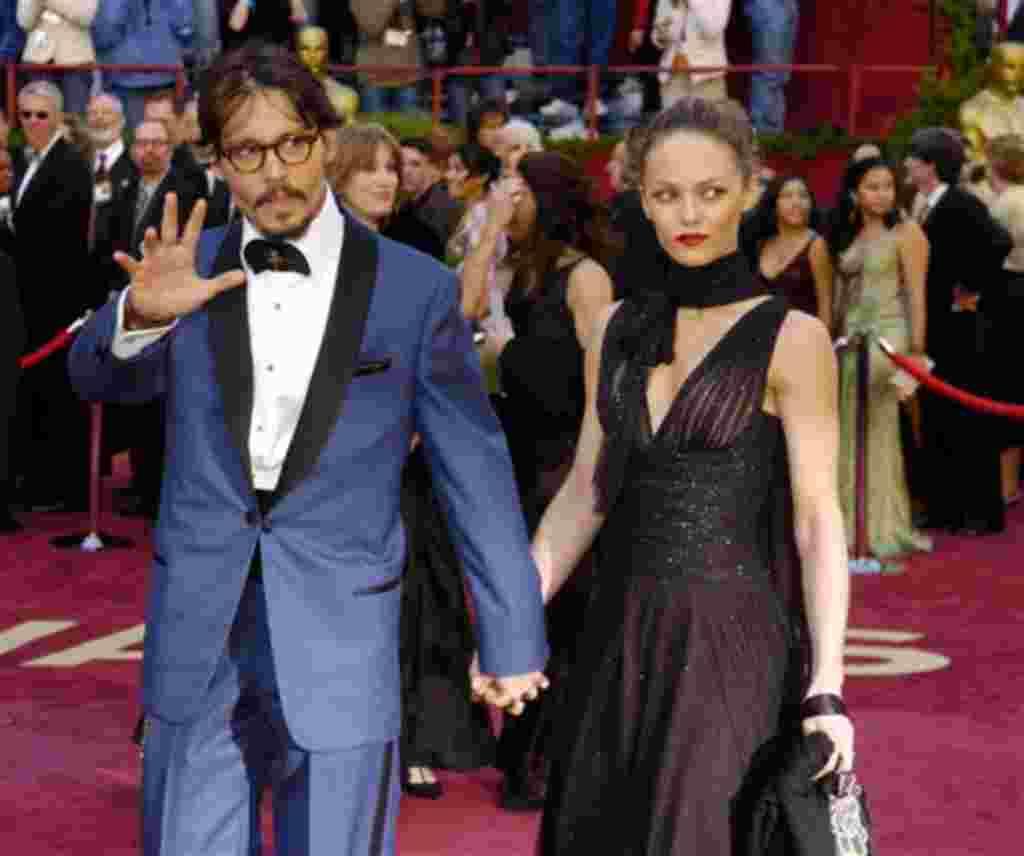 Relación: 14 años – Aunque los artistas Johnny Depp y Vanessa Paradis nunca se casaron, en Hollywood corre el rumor de que se han separado. La pareja tiene dos hijos, una niña de 12 años y niño de nueve.