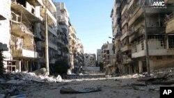 Bangunan di kota Aleppo, Suriah, terlihat hancur dan rusak akibat pertempuran hebat antara pemerintah dengan para pejuang Tentara Pembebasan Suriah selama krisis 32 bulan di negara itu (7/11).