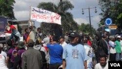 Pedagang dan industri kecil tempe dan tahu di Jawa Tengah menuntut pemerintah menurunkan harga kedelai. (Photo: VOA)