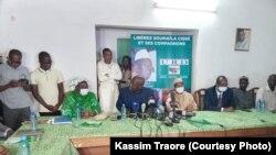 La direction politique de l'URD et le collectif face à la presse sur l'enlèvement de a libération de Soumaïla Cissé. (Kassim Traoré /VOA)