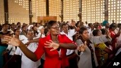 Hrišćani u crkvi u Garisi, koja je i sama bila meta napada pre tri godine, pevaju tokom uskršnje službe, posvećene žrtvama masakra na lokalnom univerzitetu
