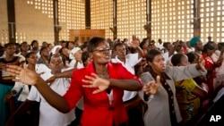 چارواکي وايي د الشباب جنګیالیو په کینیا کې په یو پوهنتون برید کې شاوخوا ۱۴۸ کسان یې ووژل.