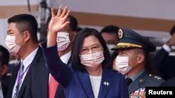 台灣總統蔡英文在台北舉行的雙十國慶慶典上招手。(2021年10月10日)